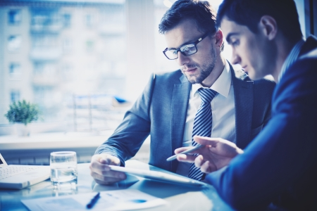 empresarial: Imagen de dos hombres de negocios jovenes que discuten proyecto en la reunión