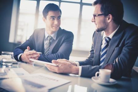 회의에서 통신하는 두 젊은 기업인의 이미지