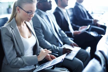 セミナーで働くビジネスマンの行の画像
