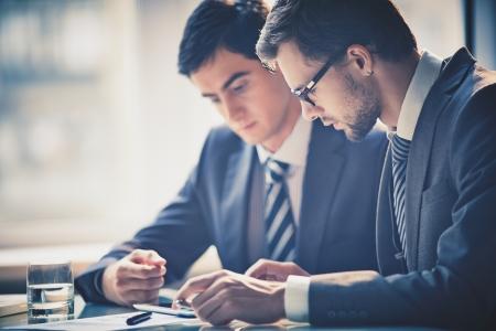 회의에서 터치 패드를 사용하여 두 젊은 기업인의 이미지