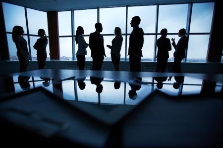 Varios colegas se comunican en el cargo contra la ventana Foto de archivo - 23406680