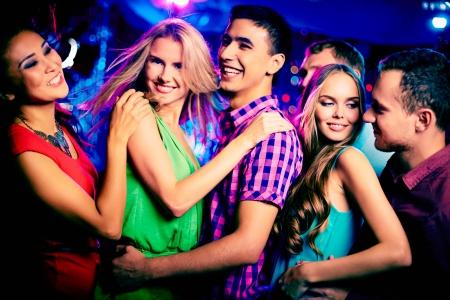 Gelukkig jonge vrienden dansen op disco