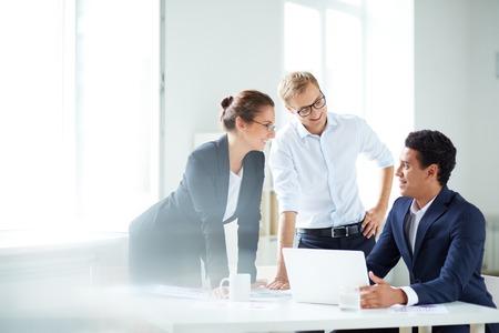 empleados trabajando: Retrato de socios de negocios inteligentes que planean el trabajo en la reunión