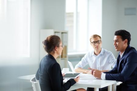 Portret van slimme zakelijke partners communiceren op vergadering Stockfoto