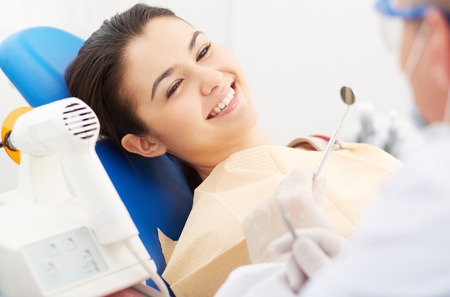 Image of smiling patient looking at the dentist Archivio Fotografico