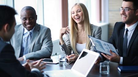 gente comunicandose: Imagen de la gente de negocios la comunicaci�n en la reuni�n Foto de archivo
