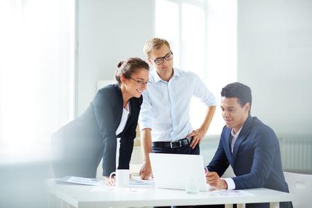 business smile: Retrato de socios de negocios inteligentes que planean el trabajo en la reuni�n