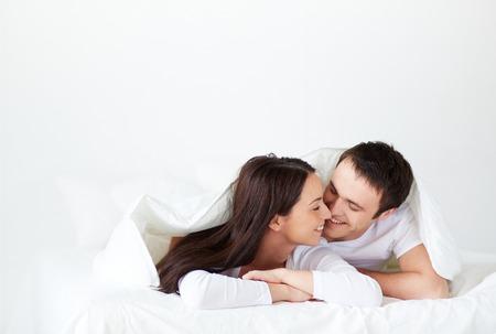 enamorados en la cama: Retrato de los jóvenes enamorados en la cama