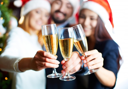 Drie business partners roosteren met champagne