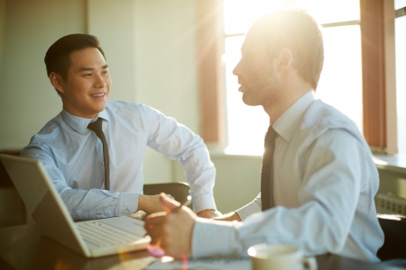 Portret van slimme ondernemers bespreken nieuwe ideeën op vergadering