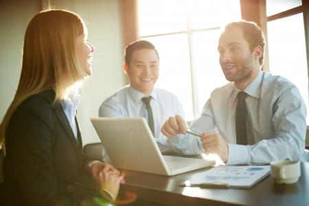 entrevista: Retrato de socios de negocios inteligentes que se comunican en la reuni�n