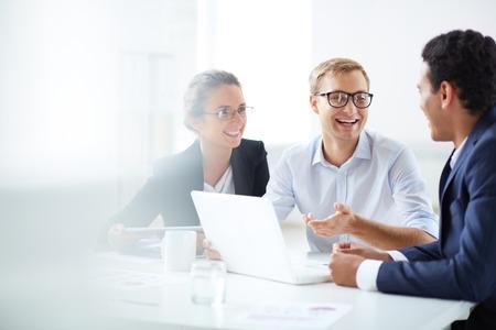 entrevista de trabajo: Retrato de socios de negocios inteligentes que se comunican en la reunión