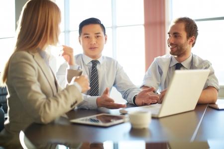 personas trabajando: Retrato de socios de negocios inteligentes que planean el trabajo en la reuni�n