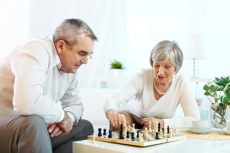 jugando ajedrez: Retrato de pareja de juego de ajedrez alto en el ocio Foto de archivo