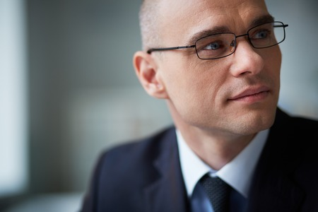 hombre calvo: Retrato de hombre de negocios atractivo en gafas mirando a un lado