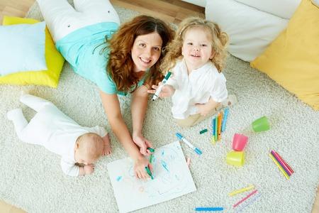 kinder: El retrato antes vista de una hermosa ni�era cuidado de ni�os lindos