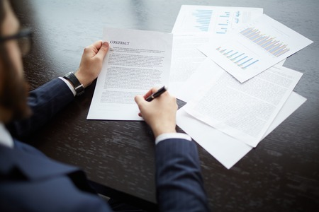 revisando documentos: Imagen de hombre de negocios la firma de contrato en el lugar de trabajo