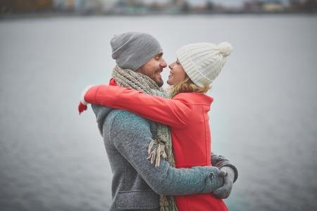 Portret van gelukkige man en zijn vriendin in greep