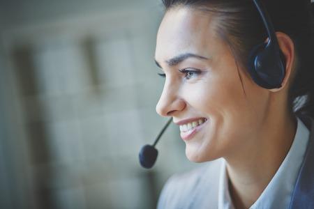 mujer sola: J�venes representante de atenci�n al cliente