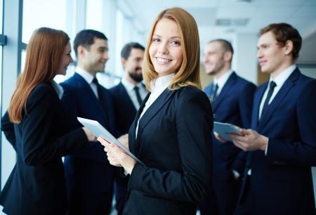 lideres: Grupo de asociados de negocios discutir las ideas con su líder en primer plano