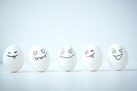 resurrecci�n: L�nea de huevos de Pascua con diferentes expresiones faciales Foto de archivo