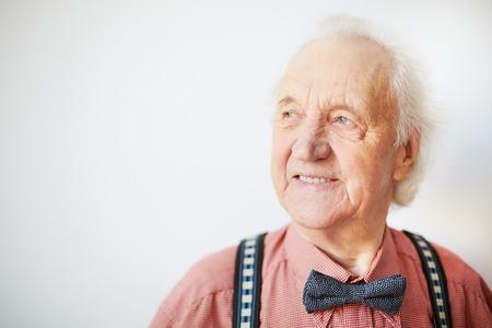 vejez feliz: Retrato de un hombre mayor feliz bien vestido en el aislamiento