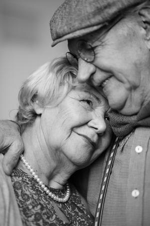 mujeres ancianas: Imagen en blanco y negro de la pareja senior en ropa inteligente