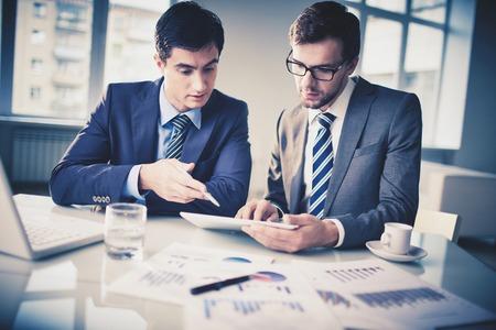 Imagem de dois jovens empresários discutem o projeto novo no escritório