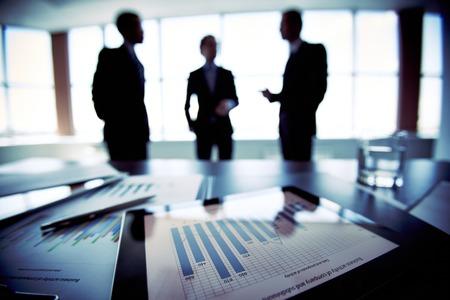 Collega's bespreken van hun toekomstige financiële plannen, alleen silhouetten wordt bekeken Stockfoto