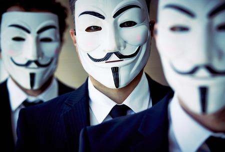 匿名のマスクを身に着けている未知の人々 をクローズ アップ