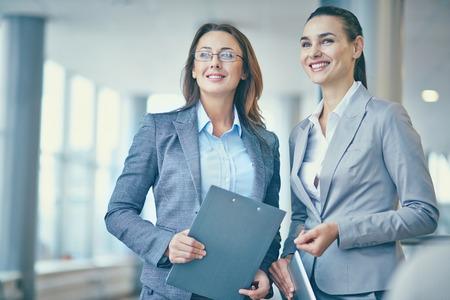 Beeld van twee vertrouwen ondernemers in formalwear op zoek naar voren