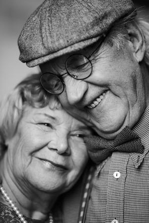 vecchiaia: Immagine in bianco e nero di coppia senior in abiti eleganti Archivio Fotografico