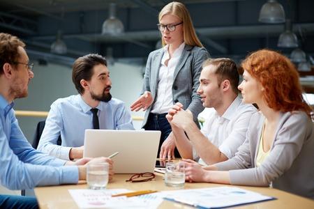 회의에서 프로젝트에 아이디어를 공유하는 비즈니스 파트너 그룹
