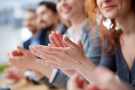 fila: Foto de la gente de negocios manos aplaudiendo en una conferencia