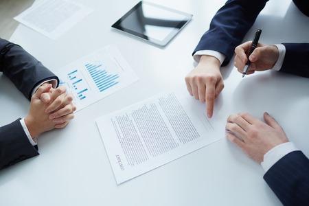 Het proces van de ondertekening van nieuwe business contract