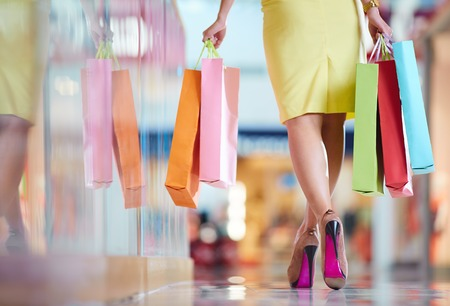 Die Beine der Shopaholic mit Einkaufstüten zu Fuß nach unten Mall Standard-Bild - 26912642