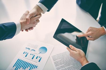 Managers schudden handen over business plannen Stockfoto