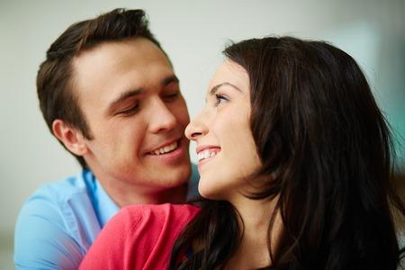 perfil de mujer rostro: Retrato de la joven pareja amorosa mirando el uno al otro