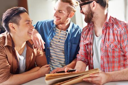 amigas conversando: Chicos sonrientes que tienen conversación amistosa