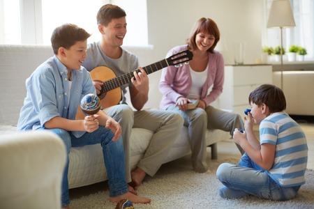 Woman beat guitar: Chân dung của hạnh phúc gia đình bốn người có vui vẻ nghỉ ngơi Kho ảnh