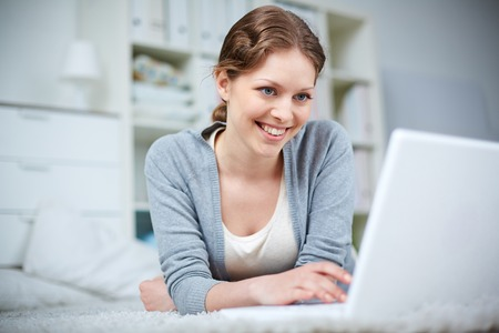 예쁜 여자는 노트북에 네트워크