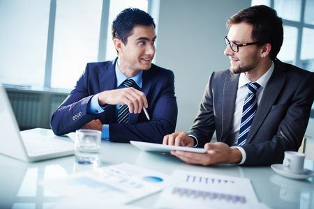 tecnología: Imagen de dos hombres de negocios jóvenes que se comunican en la reunión