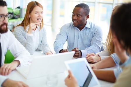 gente comunicandose: Grupo de asociados de negocios de escuchar a uno de sus colegas en la reuni�n