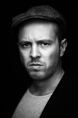 desprecio: Vertical retrato de hombre serio mirando a la cámara