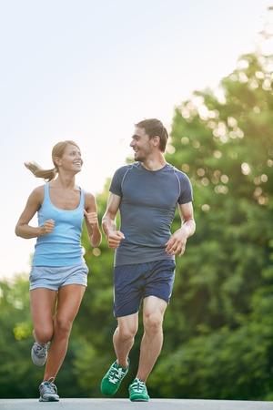 people jogging: Foto de la pareja feliz corriendo al aire libre
