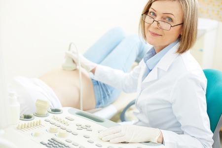 妊娠中の女性に超音波検査を作る成熟した医師