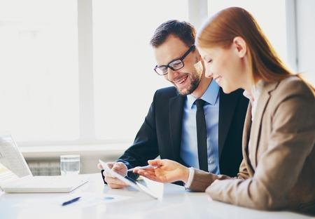 회의에서 터치 패드를 사용하여 두 젊은 비즈니스 파트너의 이미지 스톡 콘텐츠