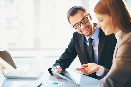 twee jonge zakelijke partners bespreken van plannen of ideeën op vergadering