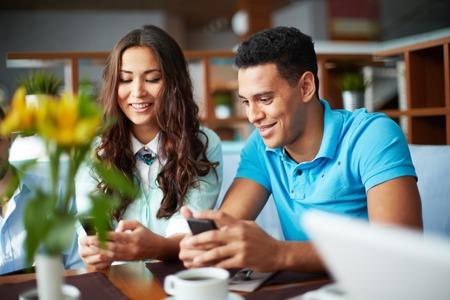 カフェに座っている携帯電話を使用して 10 代の友人の肖像画