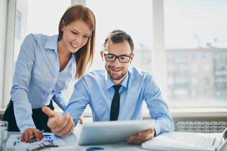 사무실에서 회의에서 작업하는 두 성공적인 비즈니스 파트너의 이미지